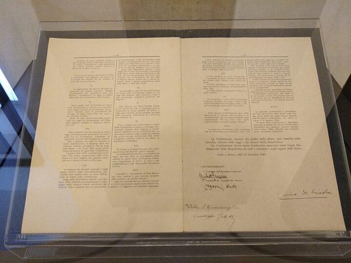 800px-Costituzione_della_Repubblica_Italiana_2